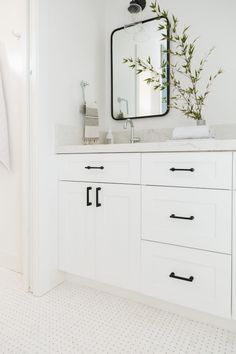 Simply White Benjamin Moore Bathroom features white shaker cabinets with flat black hardware Simply White Benjamin Moore Bathroom SimplyWhiteBenjaminMoore Bathroom flatblackhardware hardware blackhardware 550565123197324326 White Bathroom Cabinets, White Shaker Cabinets, Bathroom Hardware, Bathroom Faucets, Kitchen Cabinets, Bad Inspiration, Bathroom Inspiration, Modern Bathroom, Small Bathroom