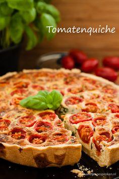 Tomatenquiche - Vegetarische quiche met tomaat, kaas, basilicum, Griekse yoghurt en ei. #quiche #tomaat #tomaten #basilicum #vegetarisch 15 Minute Meals, Savoury Baking, Quiche Recipes, Vegas, High Tea, Vegetarian Recipes, Easy Meals, Dinner Recipes, Food And Drink