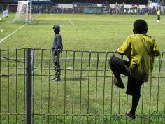 Die brutale Welt des west-neuguineischen Fußballs | VICE Soccer, Sports, Travel, Adhesive, Viajes, Futbol, Hs Sports, Football, European Football