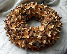 věnec - bukvice Christmas Wreaths, Christmas Crafts, Merry Christmas, Christmas Decorations, Xmas, Corn Husk Wreath, All Things Christmas, Pine Cones, Garland