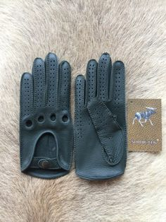 It is a womens driving leather gloves . The gloves it is made by a soft deerskin…