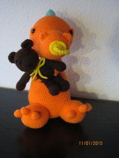 Sød drage med sut i munden og en lille bamse i armene. opskrift købt her:TussenHaakjes@mail.com