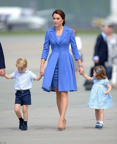 Duchess of Cambridge, Kate Middleton in Berlin wearing a Blue Catherine Walker Coat while with her kids Prince George and Princess Charlotte whose mimi bouquet dress also looks so beautiful. Kate Middleton Outfits, Looks Kate Middleton, Estilo Kate Middleton, Kate Middleton Fashion, Princess Kate, Princess Charlotte, Pantyhosed Legs, Kate And Meghan, Royal Clothing
