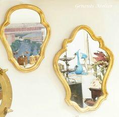 Antigua pareja de espejos franceses de madera en color dorado en su estado de conservación original, datados de 1977. Llevan su luna original y son una pieza que irían perfectas en un baño, tocador, centradas sobre una consola en cualquier entrada o rincón. Medidas Grande Alto 50 cm. Ancho 40 cm Pequeño Alto 40 cm …