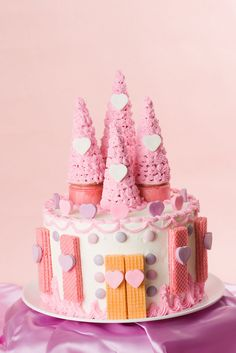 Talia loves this cute castle cake (but the colours would need to be light pink, hot pink, apple/lime green and white) Birthday Cake Cookies, Castle Birthday Cakes, Birthday Cake Girls, Princess Birthday, Birthday Crowns, Princess Party, 4th Birthday, Birthday Celebration, Easy Princess Cake