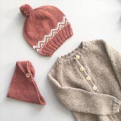 «dagens strikk // #strikkefavoritter #hjemmestrikket #strikketøj #strikkeklær #striktilbørn #strikktilbarn #ullergull #70tallsjakke #eventyrlue…»