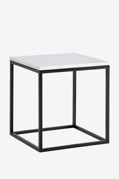 Sohvapöytä/sivupöytä, jonka pöytälevy marmoria ja runko metallia. Koko 50x50 cm. Korkeus 53 cm. Marmori on luonnonmateriaali, ja tuotteiden koossa, värissä ja muodossa voi esiintyä pientä vaihtelua. Paino 18 kg. Tarkista rahtimaksu Toimitus-välilehdeltä. Marmorin hoito Kiven perussuojaksi suosittelemme marmorinkiillotusainetta, jota voi ostaa hyvin varustetuista maalikaupoista. Sivele ohut kerros ainetta kiven pintaan ja anna kuivua muutama minuutti. Kiillota kuivalla liinalla. Toista kä...