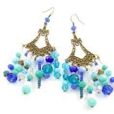 Boucles d'oreille chandelier en métal bronze et ses perles en verre facetté nuance de divers bleu (bleu turquoise,claire,....) #bijoux #jewelrylovers #jewelry #fleur #kanzashi #etsy #ugm #ungrandmarche #eproshopping #flower #handmade #broche #mariage #wedding #collier #bracelet #cabochon #agate #bouclesdoreille