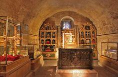 La Cámara Santa, del siglo IX, está declarada Patrimonio de la Humanidad por la Unesco y alberga las joyas más preciadas de la catedral: las cruces de la Victoria y de los Ángeles, símbolos de Asturias y de la ciudad de Oviedo