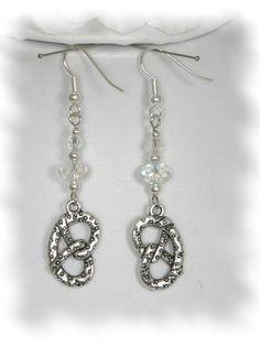 Brezel-Ohrhänger, entweder passend zum Halsband oder einfach so. http://de.dawanda.com/product/48705638-Ohrhaenger-lang-Brezel-Edelweiss