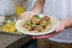 Amiamo le polpette fatte al forno o in padella e questa versione di Polpette vegetariane di zucchine e feta non poteva mancare nel nostro ricettario.