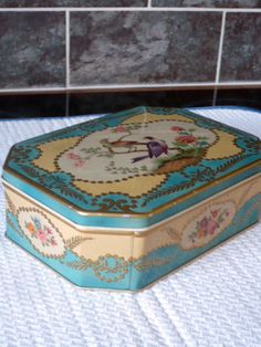 VINTAGE PEEK FREAN OVAL BISCUIT TIN TROPICAL BIRDS