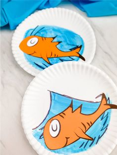 Are you celebrating Dr Seusss birthday in the classroom this year? If so, make this easy Cat in the Hat paper plate craft. Its simple, fun and comes with a free printable template. Paper Plate Fish, Paper Plate Crafts, Paper Crafts For Kids, Arts And Crafts Supplies, Paper Plates, Projects For Kids, Diy For Kids, Art Projects, Dr Seuss Crafts