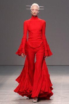 Gareth Pugh Spring 2013 Ready-to-Wear Fashion Show - Melissa Tammerijn Red Fashion, Fashion Week, Cute Fashion, Fashion Art, High Fashion, Fashion Show, Paris Fashion, Spring Fashion, Gareth Pugh
