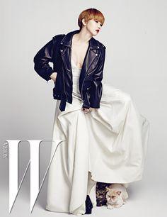 선데이가 입은 화이트 롱 드레스는 Bottega Veneta, 큼직한 가죽 재킷은 Instant Punk 제품.