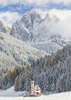9 Awe-Inspiring Photos of Charming Churches In The Snow
