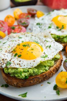7 easy clean eating healthy breakfasts to get you through the week that are quick to make. A breakfast idea for every day of the week. # clean eating breakfast 7 Easy Healthy Clean Eating Breakfasts for every day of the week - HIITWEEKLY Clean Eating Breakfast, Healthy Breakfast Recipes, Clean Eating Snacks, Brunch Recipes, Easy Dinner Recipes, Clean Eating Recipes, Easy Meals, Healthy Recipes, Healthy Breakfasts