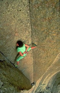 """house-under-a-rock: """" Catherine Destivelle free soloing El Matador 5 pitches Devil's Tower, Wyoming - look ma, no hands photo: Beth Wald This climb went from trad solo to free solo half. Climbing Girl, Ice Climbing, Mountain Climbing, Parkour, Catherine Destivelle, Reportage Photo, Scary Places, Crazy People, Extreme Sports"""