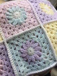 Daisy Pretty Sparkley Pastel Daisy Crochet Blanket, This is a gorgeous crocheted granny square style blanket in sparkley pastel colours. The daisy is such a simple but beautiful little flower and these . Granny Square Häkelanleitung, Crochet Square Blanket, Granny Square Crochet Pattern, Crochet Squares, Baby Blanket Crochet, Crochet Daisy, Crochet Quilt, Crochet Motif, Hand Crochet