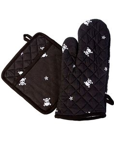 Skull Star Oven and Mitt Potholder Set by Sin In Linen from Inked Shop. Saved to Home Goods. Gothic Kitchen, Goth Home, Kitchen Oven, Inked Shop, Skull Decor, Gothic Home Decor, Gothic House, Black Skulls, Skull And Crossbones