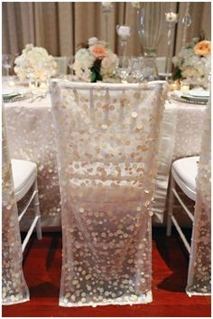 <3 the matching chair covers & linens...it gives continuity to the design. Lovely!