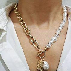 """Un año más la temática de """"mundo marino"""" sigue muy actual, incluyendo entre sus detalles favoritos piezas nacaradas. En joyas y bisutería todo cuenta: pendientes, anillos, pulseras y collares. Pero también como detalle decorativo en las prendas de vestir y accesorios. Muy de moda estarán combinaciones de perlas blancas y oro amarillo o bisutería en tonos dorados Baroque Pearl Necklace, Pearl Pendant Necklace, Love Necklace, Necklace Types, Baroque Pearls, Necklace Price, Pearl Necklace Designs, Colar Fashion, Fashion Necklace"""
