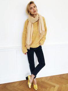 Look de Pernille wears a golden yellow sweater, neutral scarf, black pants, and gold Céline pumps