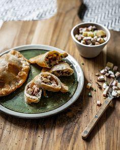 Mit unserem neusten Rezept haben wir schon mal ein wenig «schöne Schweiz» geprobt und zwei kulinarisch typische Zutaten eingepackt – jawohl, wir haben nämlich feinsten Käse und Cervelat verpackt in Teig – und die Krapfen, die dabei raus kamen, sind durchaus 1-August-tauglich. Probiert es gleich selbst aus! #rezept #recipe #inspiration #food #foodphotography #sausage #cheese