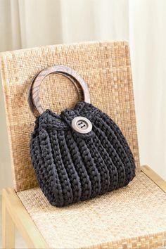 Inspirez-vous ici avec ce sac à main qui donne envie d\'avoir l\'essentiel, par DMC. #concourstricot