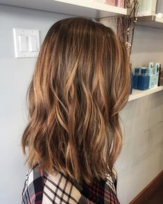 22 Best Honey Brown Hair Color Ideas for Light or Dark Hair - Haarfarbe Dunkelblond - Cheveux Honey Brown Hair Color, Brown Hair With Highlights, Hair Color Highlights, Hair Color Dark, Cool Hair Color, Dark Hair, Highlights Underneath, Honey Colored Hair, Balayage Highlights