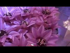 Video que mostra forminhas de docinhos em formato de flores. Sao lindos