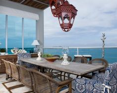 Entre el cielo y el mar.   Un espectacular penthouse en la playa, con una mezcla atrevida y cálida de estilos. Un lugar donde se fusiona la creatividad sin límites con lo práctico y acogedor.
