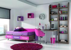 Dormitorio Juvenil con cama con ruedas para colchón de 90*190. La forma en L de la mesa de estudio crea una división del ambiente, ideal para habitaciones estrechas y largas.