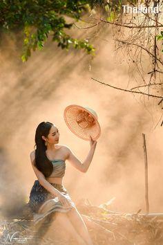 Thailand Costume, Thailand Outfit, Thailand Fashion, Traditional Thai Clothing, Traditional Fashion, Traditional Outfits, Fashion Photography Poses, Photography Women, Tb Joshua