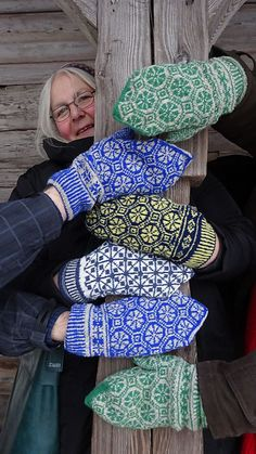 Ravelry: Wockensolle's TwoForThree Fair Isle Knitting, Loom Knitting, Knitting Socks, Hand Knitting, Fingerless Mittens, Knit Mittens, Knitted Gloves, Wrist Warmers, Hand Warmers