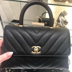 Hey Babes 🙋🏼♀️ Your opinions on the Coco handle? Which size/colour do you like? Let's talk in the comments about this cutie😍 Uploading my story from the new Chanel boutique this evening 😘 Chanel Coco Handle, Everything Designer, Gucci Sylvie, Latest Bags, Chanel Caviar, Luxury Handbags, Business Women, Shoulder Bag, Purses