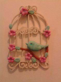 casinha de MDF e passarinho de biscuit, decoram minha casa.