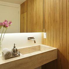 Uma bancada de mármore com uma torneira embutida na parede é capaz de trazer luxo a qualquer lavabo. A bandeja e o porta-sabonete em aço escovado deram um toque elegante ao banheiro. #projetosadalagomide #arquitetura #decoração #design #casa