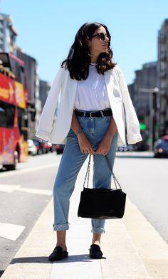 Street style look com camiseta branca e blazer com jeans
