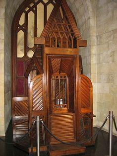 Antonio Gaudí. Confesionario Sagrada Familia