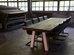 A poot - Hebben wij niet in de showroom. Eiken tafel met witte A poot  Stoere massief eiken tafel, leverbaar in diverse diktes, afwerkingen en kleuren. Eettafel met een industriële uitstraling waarbij metaal en hout optimaal gecombineerd worden.