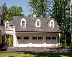 Carriage House style Garage attached to Pennsylvania Farmhouse Colonial American Farmhouse GarageCarport by Period Architecture