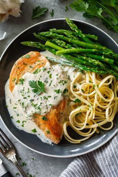🍃 Creamy Garlic Herb Chicken ~ Quick Chicken Recipe This is one of the best chicken recipes! No marinating, no lengthy bake time, no. Healthy Dinner Recipes, Healthy Snacks, Healthy Eating, Summer Recipes, Tasty Healthy Meals, Healthy Drinks, Quick Chicken Recipes, Chicke Recipes, Herb Recipes