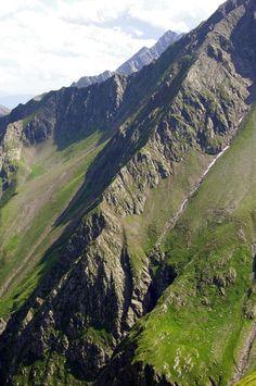 CIMA DI PEGNO (2539m) | SNOWCAMPITALY | Per tipologia e conformazione del sentiero, questo itinerario rappresenta una vera e propria via crucis. Tuttavia l'immersione in un ambiente estremamente selvaggio, fatto di brughiera verde e roccia granitica, di acqua in caduta verticale, di viste panoramiche su Dolomiti Orientali, Alpi Sarentine, Passirie, dello Stubai e Breonie Occidentali, ripaga inesorabilmente degli sforzi profusi per coprire 1500m di dislivello. http://www.snowcamp.it/?p=3487