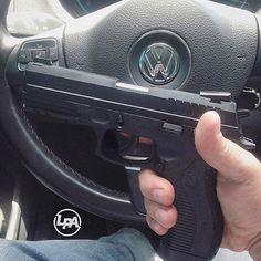 Da série: Freio de Mano! Pistola Taurus PT 838, calibre .380 Auto, capacidade 18 + 1, Peso 790g. Seguidor Preferiu não ser Identificado.  #loucosporarmas #freiodemano #taurus #taurusarmas #PT838 #380 #madeinbrazil #top #carro #car #brasil #brazil
