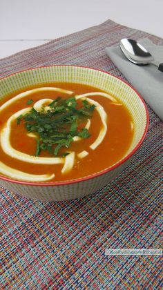Paprikasoep, zijdezacht en romig | KoolhydraatarmRecept.nl Creme Fraiche, Low Calorie Recipes, Paleo Recipes, Soup Broth, Atkins, Thai Red Curry, Good Food, Food And Drink, Lunch