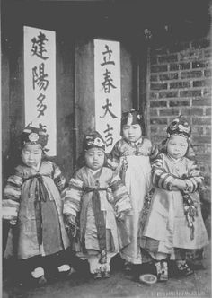 Korean Photo, Korean Art, Korean Traditional Dress, Traditional Outfits, Vintage Pictures, Old Pictures, Korean Hanbok, Asian History, Historical Pictures