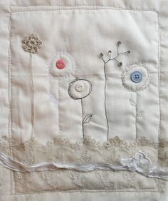 'Button Flowers' free motion stitched art quilt tutorial too Freehand Machine Embroidery, Free Motion Embroidery, Free Machine Embroidery, Free Motion Quilting, Embroidery Applique, Cross Stitch Embroidery, Art Quilting, Fabric Yarn, Fabric Crafts