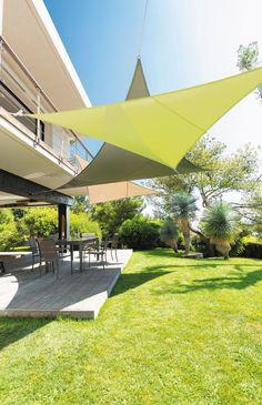 Voile d'ombrage triangulaire ou rectangulaire, disponible en 4 tailles (jusqu'à 12 m2), en 6 couleurs, vendu avec cordes et anneaux d'attache. Polyester enduction polyamide, violine, vert, lagon, taupe, blanc ou gris, 3 x 3 x 3 m, 24,99 euros, Hespéride.