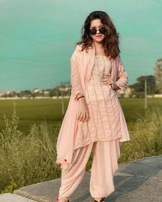 Cute Girl Pic, Cute Girl Poses, Stylish Girl Pic, Dress Indian Style, Indian Dresses, Indian Outfits, Fashion Photography Poses, Cute Photography, Girl Pictures